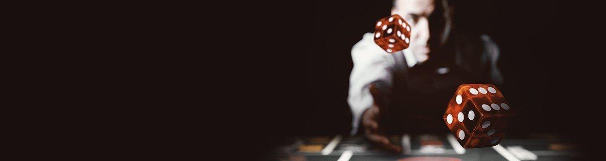 Banner från Storspelare. En svart bakgrund, till höger av bilden ses en casinodealer kasta två tärningar mot bildens förgrund.
