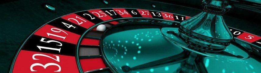 Inzoomad bild på ett roulettehjul. Färgerna går i blått.