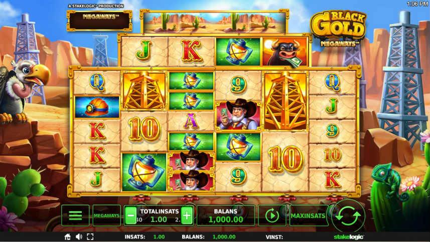 Skärmdump från grundspelet i online slot Black Gold Megaways. Det som syns är spelfältet, spelets olika symboler, kontrollytan med saldo, insats etc. Bakgrunden har ett ökentema med oljetorn. En gam sitter även till vänster om spelytan och överskådar själva spelet.