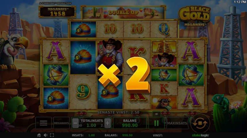 En multiplikator har aktiverats i casinospelet Black Gold megaways. Multiplikatorn är på x2 vilket innebär att den dubblar nästa vinst. Spelet är mörkare för att den guldfärgade x2 ska sticka ut mer.