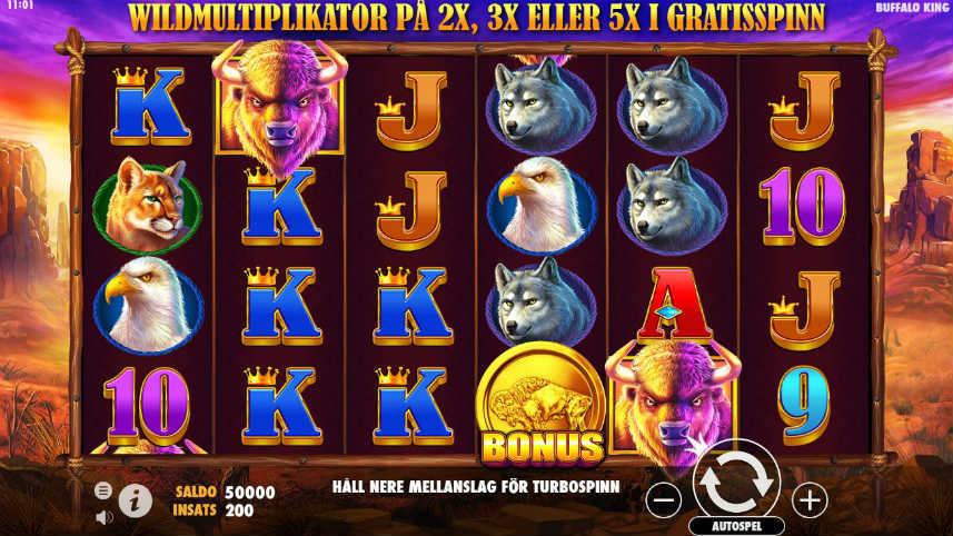 På bilden ser vi spelytan i casinospelet Buffalo King. Vi ser symboler i form av bokstäver, bonusmynt och djur som örnar, bufflar, vargar och bergslejon. Under ser vi spelets kontrollyta.