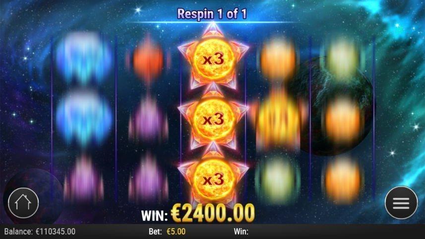 """Bild från casinospelet Crystal Sun. Fyra av fem av spelautomatens hjul snurrar, hjulet i mitten är stilla och upptas av tre wildsymboler. Ovanför står det att re-spins-funktionen är aktiverad, nedanför står det """"Win: €2400.00""""."""