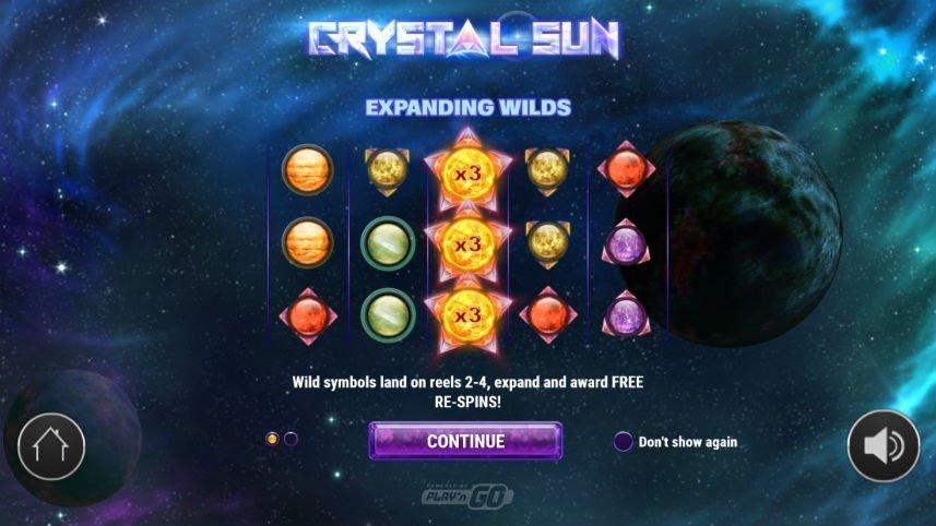 """Bild av Play N'GO:s online slot Crystal Sun. Bilden förklarar expanderande wilds. Det står """"Wild symbols land on reels 2-4, expand and award FREE RE-SPINS!"""" Ovan syns spelytan där tre wildsymboler i form av solar upptar det mittersta hjulet."""