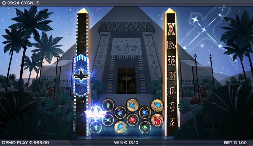 Bonus aktiveras i casinospelet Cygnus från ELK Studios. På bilden ser vi spelytan med ett flertal olika symboler. En symbol är upplyst i blått sken. I bakgrunden ser vi en pyramid.