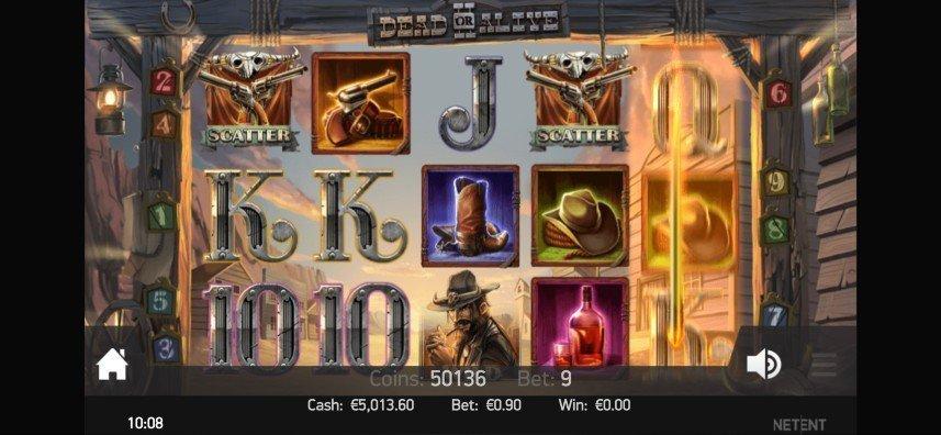 Skärmbild från NetEnts casinospel Dead or Alive 2. På bilden ser vi hur det högra hjulet snurrar. På de andra hjulen ser vi casinosymboler i form av bokstäver, en cowboy, whisky, cowboyhatt, cowboyboots och revolvrar. i Nedre vänstra hörnet syns en hemknapp, i nedre högra finns en volymknapp, längst ned ser vi saldo, insats, myntvärde och vinst. Bakgrunden består av en typisk cowboystad i ett ökenlandskap.