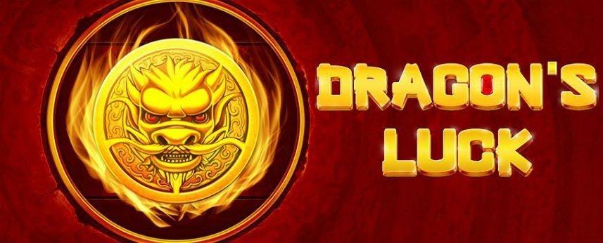 På bilden syns ett guldmynt med en tryckt drake, det brinner vid kanterna av myntet. Till vänster står det Dragons Luck i gula bokstäver. Bakgrunden är röd.