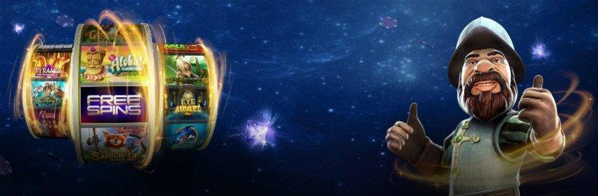 Till vänster visar bilden tre casinohjul som snurrar med texten freespins. Till göher syns karaktären Gonzo från Gonzos Quest. I bakgrunden syns en stjärnhimmel
