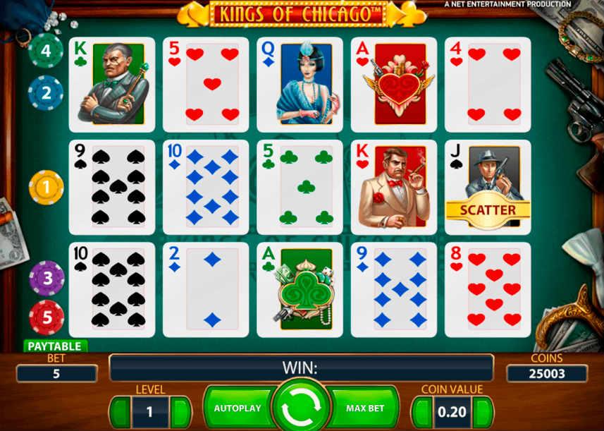 Skärmbild på spelautomaten Kings of Chicago Vi ser en spelyta som består av kort från en klassiska kortlek. Runt omkring ligger en pistol, spelmarker, kontanter, smycken och diamanter. Under syns kontrollytan med insats, insatsnivå, autospel, startknapp, maxinsats, myntvärde och saldo.