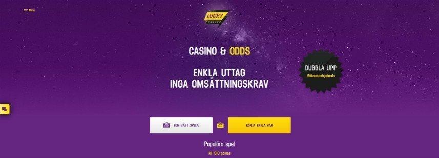 """På denna bilden ser vi Lucky Casinos startsida. Bakgrunden är lila och ska föreställa rymden. Centrerat på sidan är texten """"Casino & Odds"""" under detta står """"Enkla uttag inga omsättningskrav"""" nedanför detta finns två knappar för att fortsätta spela och att börja spela. Ovanför allt detta är Lucky Casinos logotyp och till höger ser vi reklam för bonuserbjudandet."""