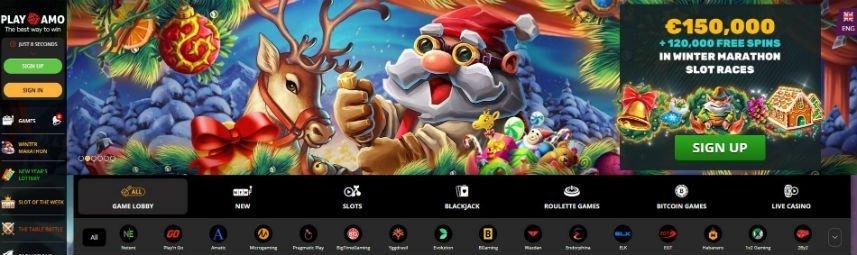 Skärmbild från Playamos sajt. Här ser vi meny till vänster med inloggning/registreringsalternativ och navigation Längst ned ser vi ytterligare en meny där de olika spelsektionerna och spelutvecklarna länkas. Över detta ser vi en bild på en tomte och en ren, till vänster är det reklam för casinots välkomstbonus.