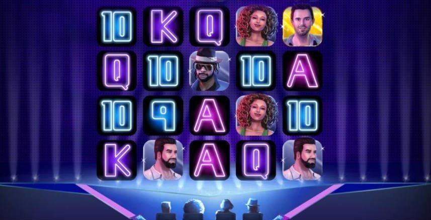Skärmbild från casinospelet Pop Stars. Centrerat ser vi casinots spelyta som består av symboler i form av bokstäver, siffror och fiktiva kändisar. Bakgrunden består av en scen och framför scenen sitter fyra jurymedlemmar, precis som TV-program som Idol och Talang.