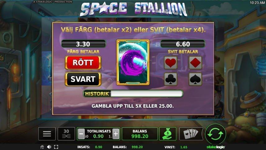 Bild från casinospelet Space Stallion. Här ser vi hur en vinst dubblas. Ett minispel har öppnats upp där spelaren får gissa färg och svit på ett spelkort.