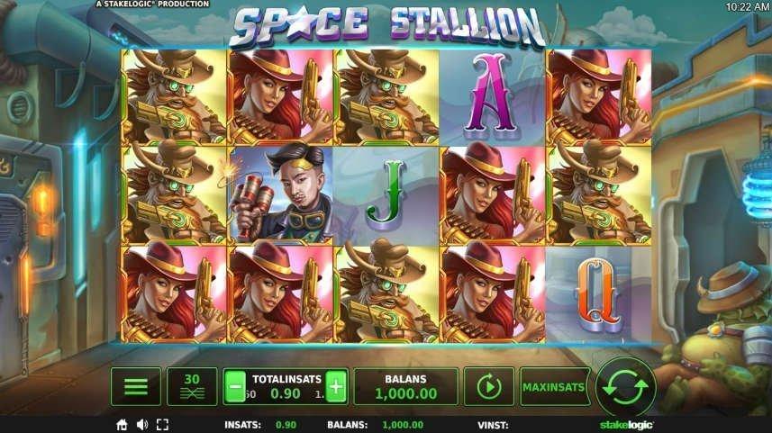Bild på spelet Space Stallion. Högst upp ser vi spelets logotyp. Nedanför har vi spelytan med olika symboler i form av män och kvinnor med vapen och bokstäver. Nedanför ser vi kontrollytan med meny, vinstlinjer, insats, balans, autospel och startknapp. I bakgrunden ser vi en bakgata från en rymdstad.