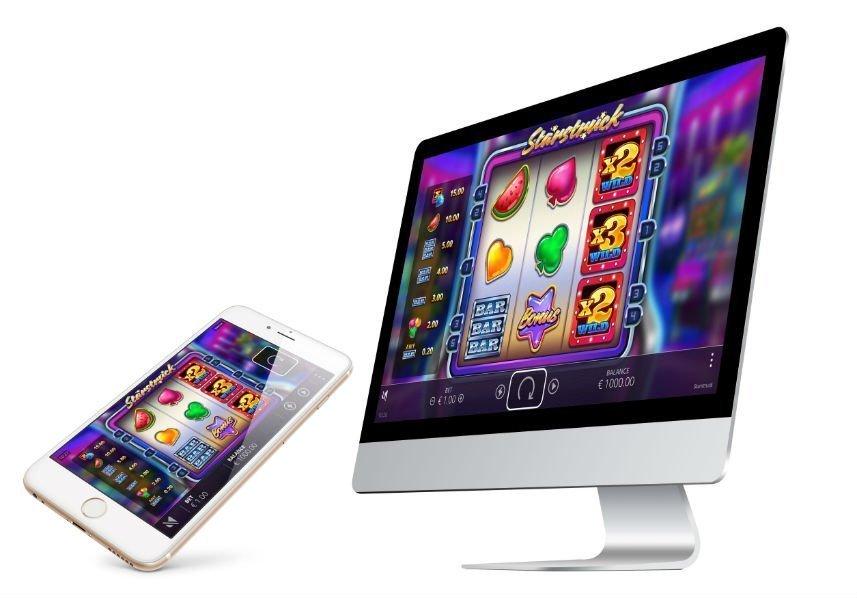På denna bilden ser vi spelet Starstruck på en mobilskärm och en datorskärm. Syftet är att visa upp att spelet går spela på flera olika plattformar.