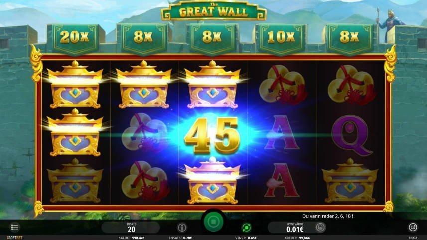 """Vinst i casinospelet The Great wall. i bakgrunden ser vi kinesiska muren. Framför den ser vi spelytan där fem guldkistor är upplysta. I mitten står det """"45""""."""