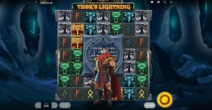 Här ser vi spelautomaten Thors Lightning. Centrerat i bilden, framför spelfältet, står guden Tor men sin hammare.
