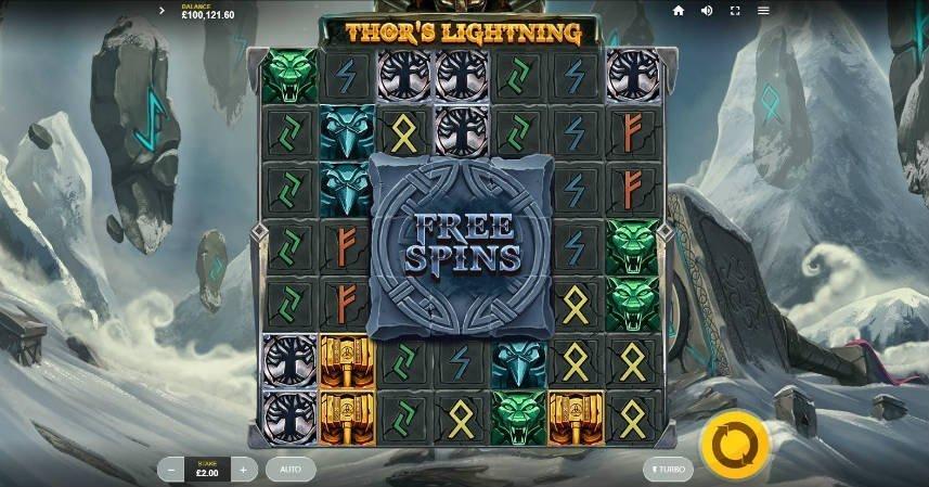 Här ser vi casinospelet Thors Lightning. Centrerat ser vi spelytan med symboler från fornnordisk mytologi. i mitten av spelfältet ser vi en stor sten som tar upp 3x3 block. Den är märkt freespins. När detta block förstörts aktiveras spelets frispelsläge. Nedanför spelytan ser vi insats och startknapp.