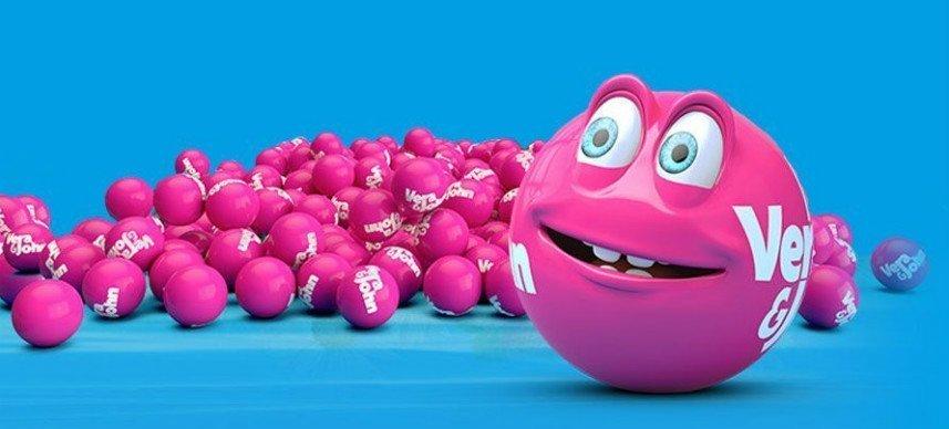 Blå bakgrund. En hög av rosa bingobollar syns på bilden. Längst fram står en rosa bingokula med ett mänskligt ansikte.