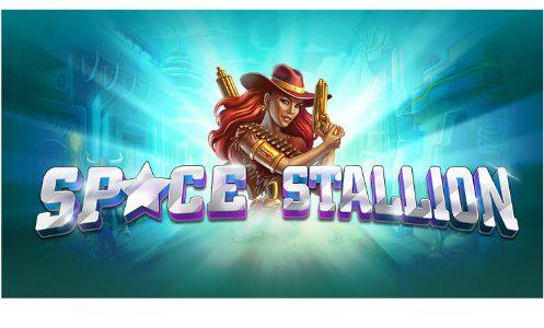 Grafik från casinospelet Space Stallion. I mitten ser vi en kvinna i cowboyhatt, under ser vi texten Space Stallion, bakgrunden är blå och det ser ut som vi rör oss snabbt genom ett oidentifierbart område.