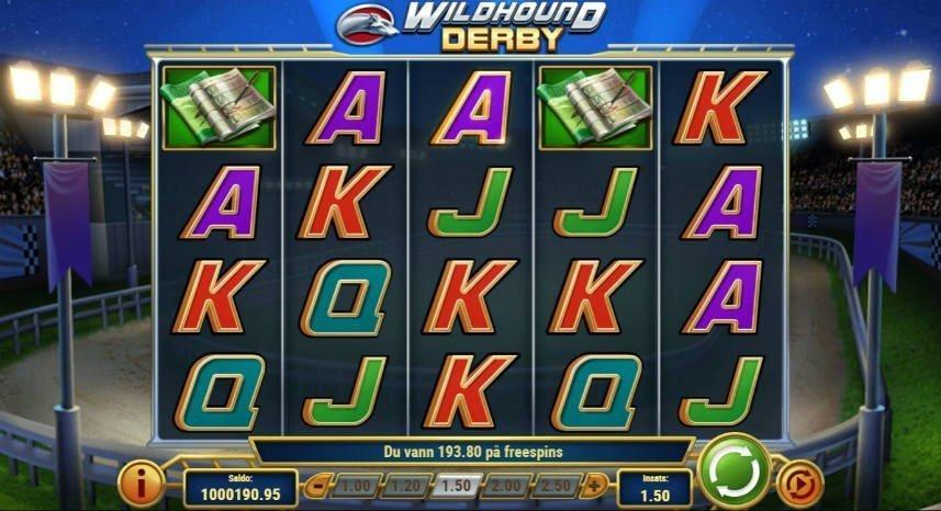 Skärmbild från casinospelet Wildhound Derby. Centrerat ser vi spelytan med symboler i form av bokstäver och oddsbrickor. Nedanför ser vi spelets kontrollyta.