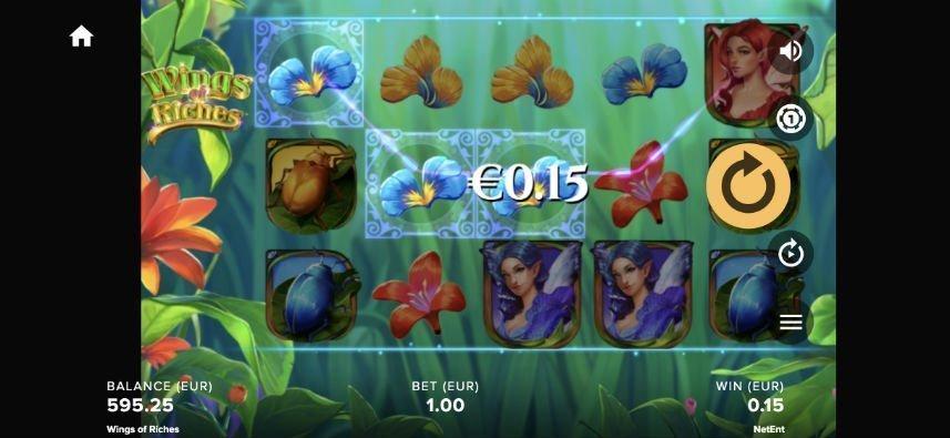 Bild från casinospelet Wings of Riches. Vi ser spelets yta med symboler bestående av blommor insekter och feér. I bakgrunden syns olika växter.